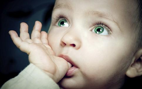 ارتباط آلرژی کمتر در کودکان و نوجوانان و  عادت به مکیدن انگشت شست، و جویدن ناخن