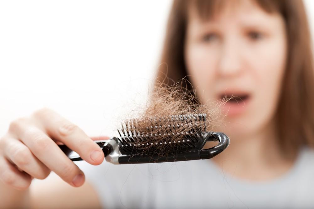 ریزش مو: چه علل و عواملی خطر ریزش مو را افزایش می دهند؟