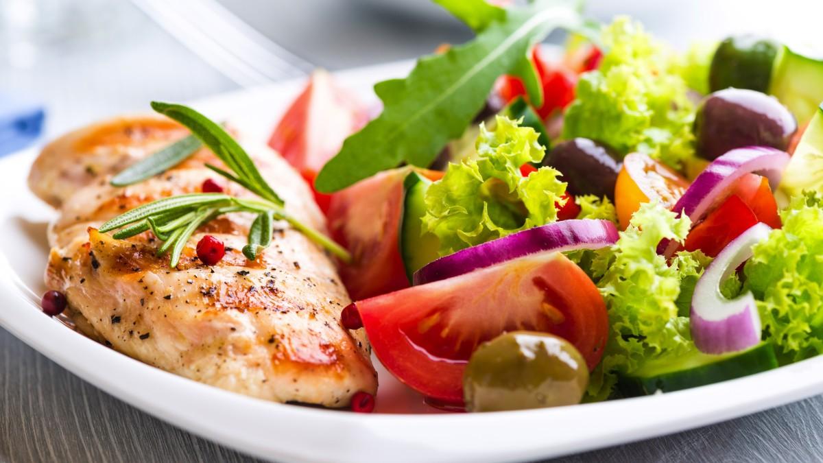 15 ماده غذایی اساسی سالم در آشپزخانه برای داشتن وعده های غذایی سبک ، ارزان و آماده